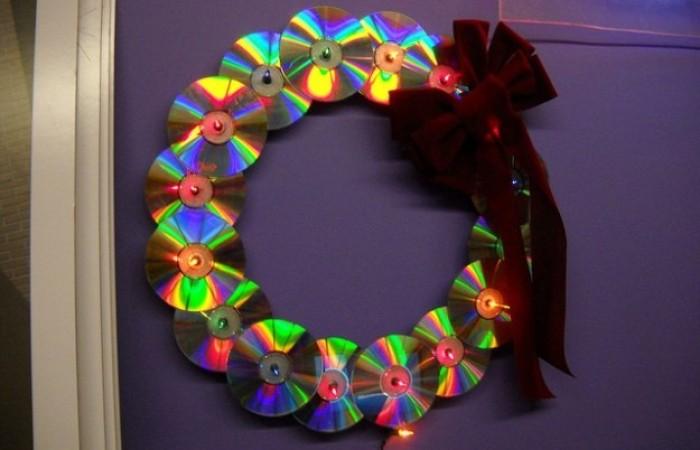 Corona natalizia con CD riciclati