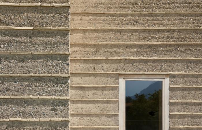 particolare di muri in terra cruda pisé di Martin Rauch