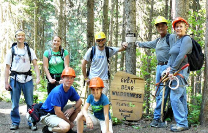 eco-volontari nel montana per ricostruire i sentieri