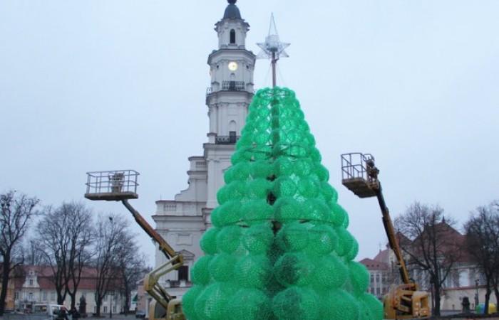 L 39 albero di natale fatto con bottiglie riciclate tuttogreen for Casas plasticas para ninos
