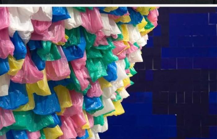 l'installazione 'plastic bags'