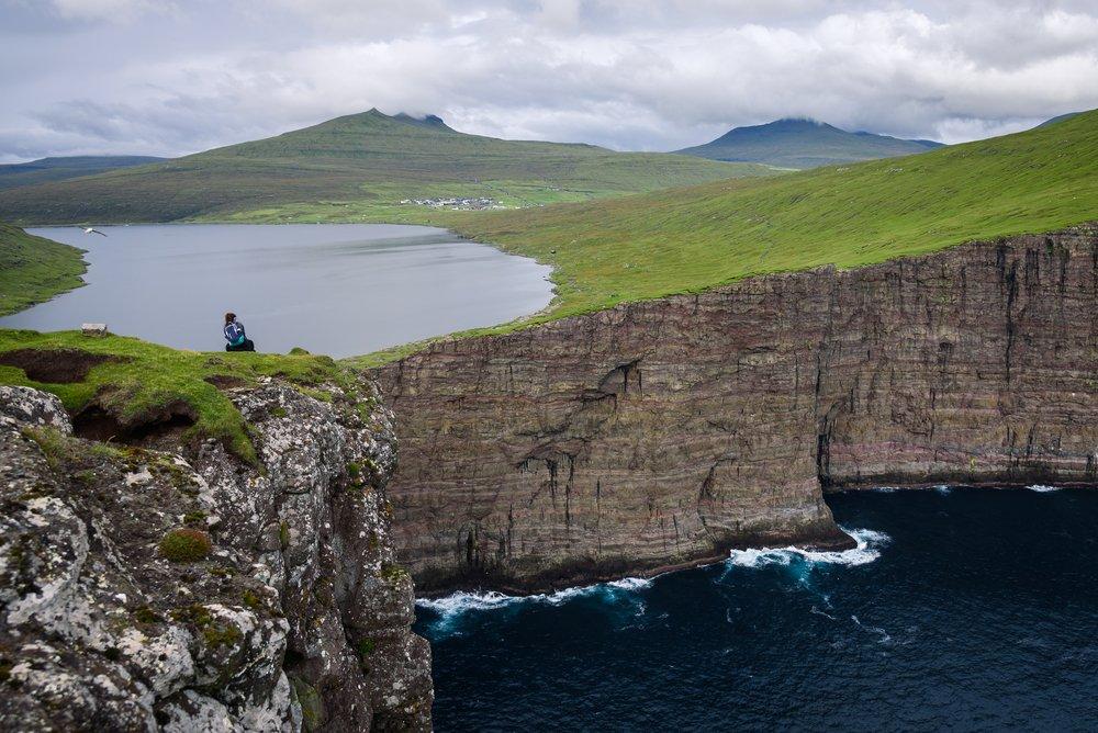 "Photo of Un ""infinity lake"": il lago Sørvágsvatn nelle Isole Fær Øer"