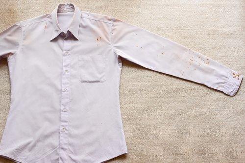 Come eliminare le macchie di colla dai vestiti