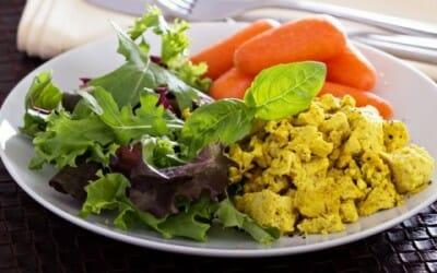 Provate la nostra ricetta del curry di tofu con mela verde, mango e anacardi
