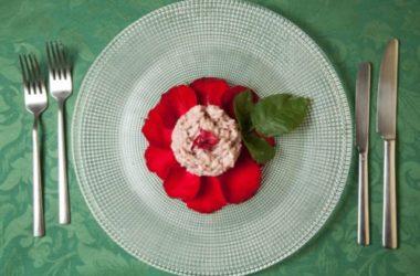 Una ricetta per tutti i nostri sensi: il risotto ai petali di rosa e vino bianco