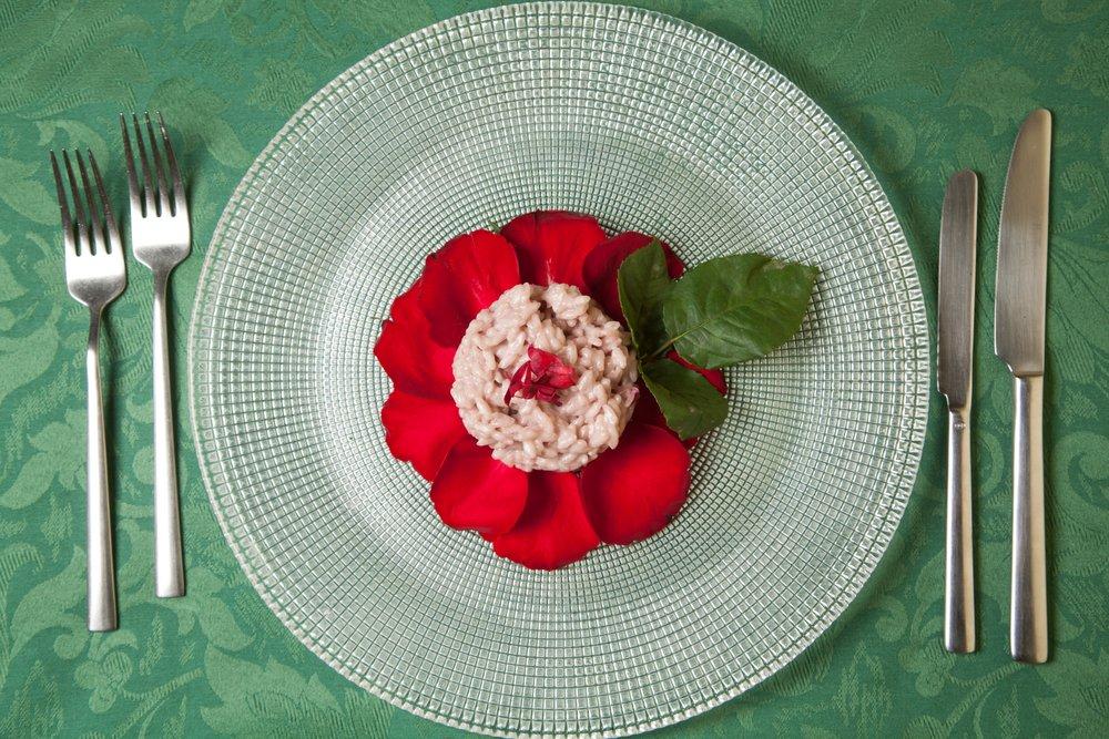 Photo of Una ricetta per tutti i nostri sensi: il risotto ai petali di rosa e vino bianco