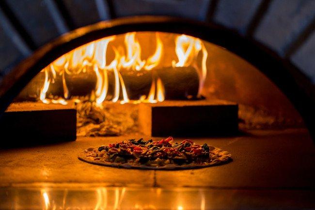 Perch la pizza cotta a legna pi buona di quella cotta for Sportello per forno a legna