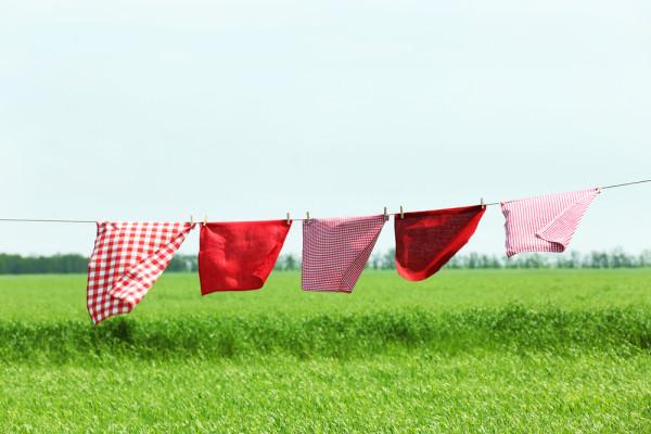 Come eliminare le macchie di erba dai vestiti