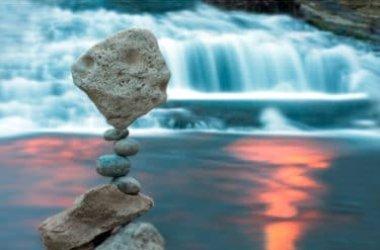Pietre in equilibrio: una pratica che simboleggia la resilienza in tempi difficili