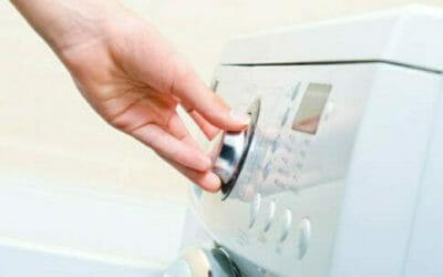 Leggere i simboli lavatrice per lavare bene e le etichette dei vestiti per lavarli al meglio