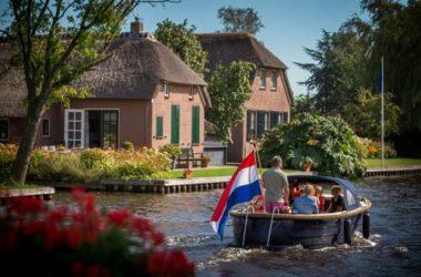 Giethoorn, dove ci muove solo a piedi, in canoa o in barca