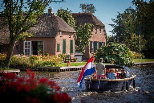 Photo of Giethoorn, dove ci muove solo a piedi, in canoa o in barca