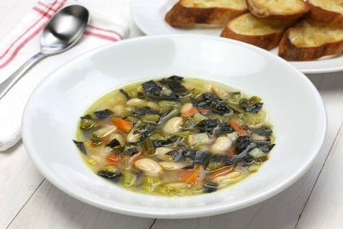 Zuppa di fagioli cannellini e cavolo