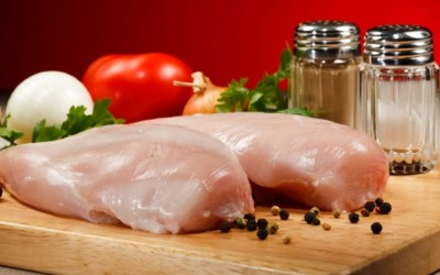 Pollo crudo pericoloso: perchè non si deve mangiare