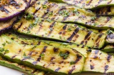 Se amate le zucchine grigliate eccovi una bella ricetta di insalata con anche pomodorini spinaci e carciofini sott'olio