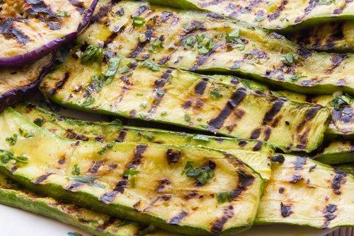 Photo of Se amate le zucchine grigliate eccovi una bella ricetta di insalata con anche pomodorini spinaci e carciofini sott'olio