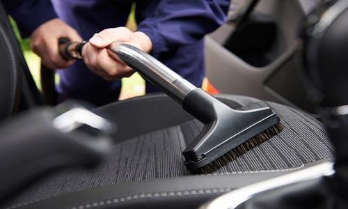 Come pulire interni auto: tappezzerie, plastiche e cristalli