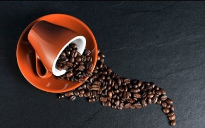 Scopriamo le proprietà del caffè e i suoi utilizzi e benefici ma anche le controindicazioni della caffeina