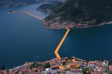 Christo al lago d'Iseo ha creato passerelle galleggianti: l'opera d'arte The Floating Piers