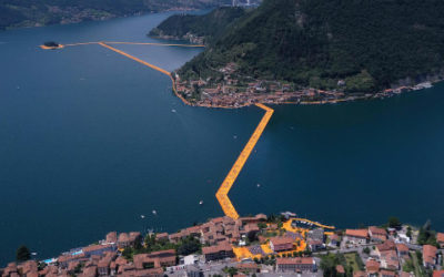 Christo al lago d'Iseo ha creato passerelle galleggianti: l'opera d'arte The Floating Piers