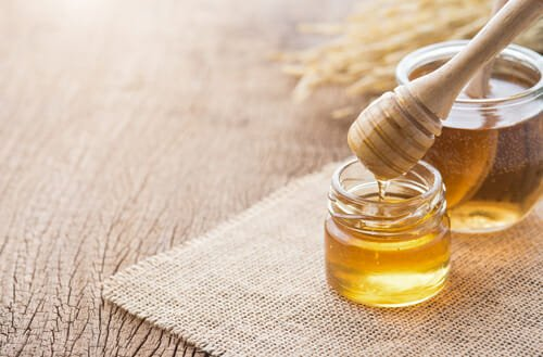 Il miele è uno dei trattamenti ideali per le macchie sulla pelle del viso