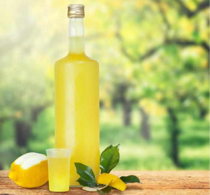 Come fare il limoncello in casa: tutti i segreti della nostra ricetta passo a passo