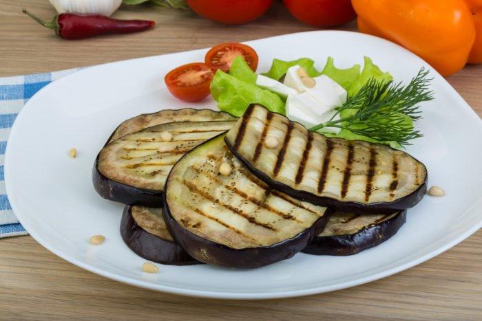 Melanzane grigliate: sono un gustoso contorno o antipasto da condire in base ai gusti.