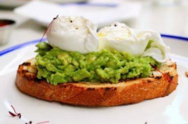 Come preparare il toast con avocado e uovo, una colazione o uno spuntino davvero energetico e gustoso