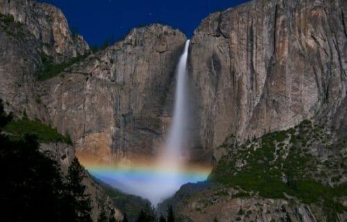 arcobaleno notturno presso Yosemite, tra le cascate più belle del mondo