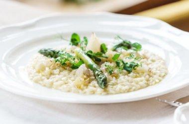 Risotto agli asparagi, la ricetta classica e quella vegan