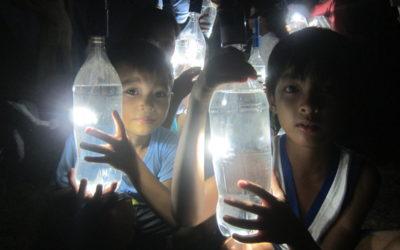 Quando i soldi mancano la lampadina è una bottiglia di acqua e