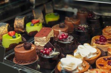 Glassa al cioccolato: la ricetta base e vegana per coprire tutte le torte