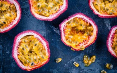 Proprietà e utilizzi del frutto della passione o maracujà, un frutto esotico dai sapori unici.