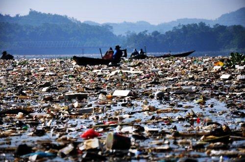 Photo of Il fiume più inquinato del mondo è pieno di immondizia