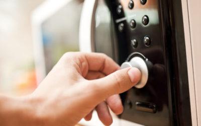 Come funziona un forno a microonde e come usarlo per risparmiare energia