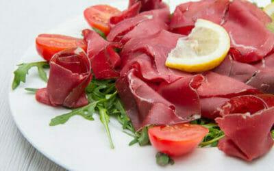 Bresaola, un salume magro e ricco di proteine ma magro, adatto alla alimentazione di sportivi e ragazzi