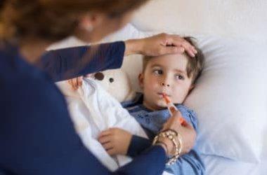 Scopriamo insieme come trattare la febbre nei bambini senza ricorrere subito ai farmaci