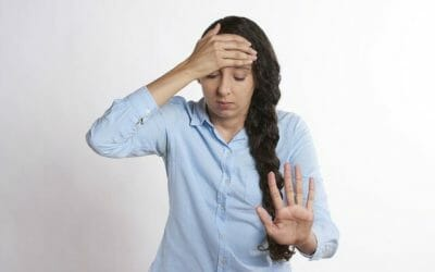 Emicrania: quali sono i sintomi prima che arrivi e tutti i consigli per combatterla in maniera naturale