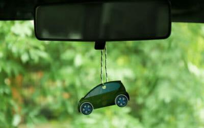 Un profumo per auto fai da te per un'aria più gradevole nelle nostre macchine
