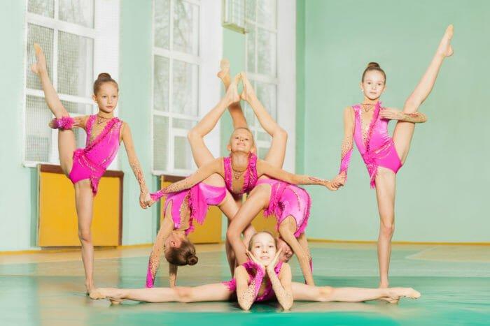 Ginnastica ritmica: le ginnaste eseguono gli esercizi individualmente, a coppie o in squadra