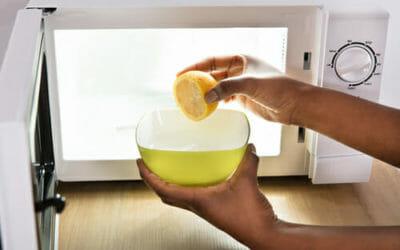 I metodi naturali per pulire il microonde: limone, aceto e bicarbonato!