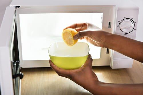 Photo of I metodi naturali per pulire il microonde: limone, aceto e bicarbonato!