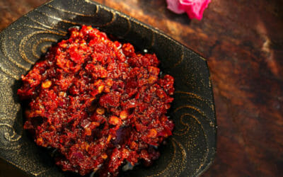 Come preparare la salsa harissa, la famosa salsa piccante ai peperoncini popolare in Nord Africa
