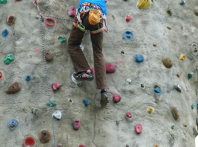 ffa2ac5ddc58ad Si può cominciare anche esercitandosi su muro-boulder, cioè una struttura  bassa dove ci si può arrampicare senza corde di sicurezza e alla cui base  vengono ...