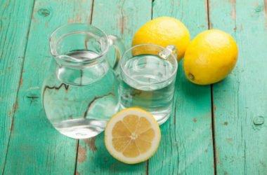 Un semplice bicchiere di acqua e limone, un pieno di bontà e salute