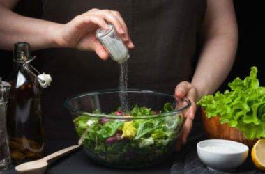 Cucinare senza sale: ecco perché troppo sale fa male e come ovviare a questo problema, con ricette e consigli ad hoc