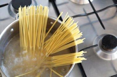 Anche l'acqua di cottura della pasta può essere riutilizzata in tanti modi utili: eccone alcuni