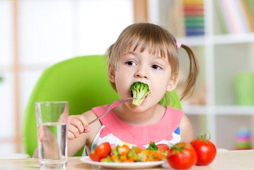 Rimedi contro la stitichezza nei bambini: tante fibre e acqua