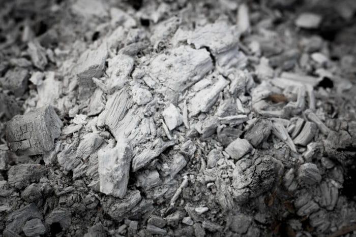 Come riutilizzare la cenere del camino o dei pellet