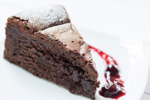 Photo of Come fare la torta tenerina, un dolce al cioccolato dal ripieno fondente, anche nella variante veg